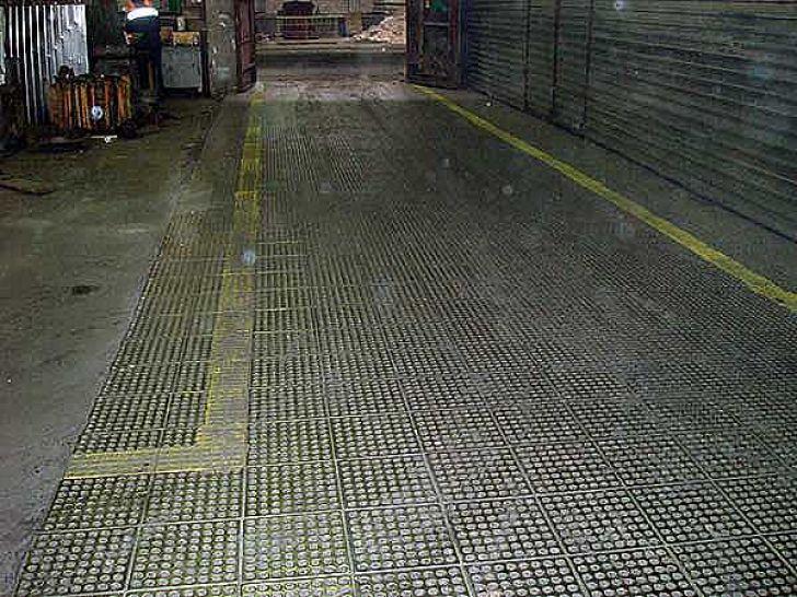 плитка из металла для тяжелых грузов в ангаре
